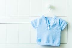 Chandail bleu de bébé garçon Photo stock