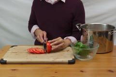 Chandail d'homme et tomate de port de découpage en tranches Image libre de droits