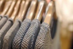 Chandail de laine sur un cintre dans le magasin Photographie stock libre de droits