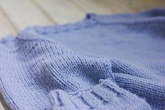 Chandail de tricotage fait main bleu-clair Fin vers le haut Photographie stock libre de droits