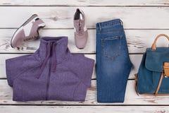 Chandail, espadrilles, jeans et sac à dos Image stock