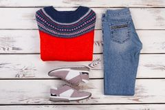 Chandail, jeans et espadrilles de laine Photographie stock