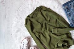 Chandail kaki, jeans et espadrilles blanches Concept à la mode dessus Photo stock