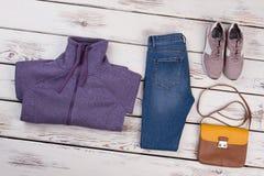 Chandail violet et jeans réguliers Photos stock