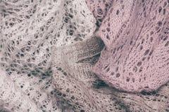Chandails colorés en pastel tricotés élégants empilés Habillement de tricots de printemps d'hiver et photographie stock libre de droits