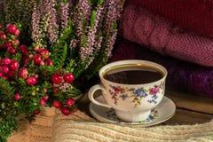 Chandails et une tasse de café Images stock
