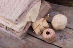 Chandails pliés et approvisionnements de tricotage Photo libre de droits