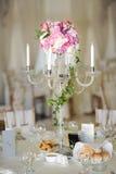 Chandelier antique avec le bouquet de mariage chandelier de mariage avec la décoration de fleur avant cérémonie de mariage Photo stock