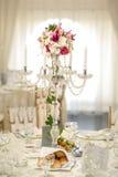 Chandelier antique avec le bouquet de mariage chandelier de mariage avec la décoration de fleur avant cérémonie de mariage Photos libres de droits