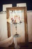 Chandelier antique avec le bouquet de mariage. Fond de mariage Photos libres de droits