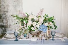 Chandelier argenté comme élément des décorations de fête de mariage de table Photo stock