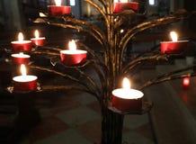 chandelier avec des bougies à l'intérieur d'une église comme signe de la foi photos stock