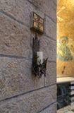 Chandelier décoratif avec une bougie accrochant sur le mur de l'abbaye de Dormition dans la vieille ville de Jérusalem, Israël photographie stock