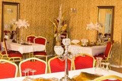 Chandelier décoratif sur la table de fête décorée Photos stock
