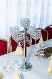Chandelier décoratif sur la table de fête décorée Photographie stock libre de droits