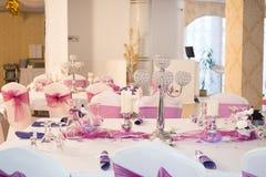 Chandelier décoratif sur la table de fête décorée Image stock