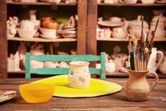 Chandelier d'argile sur la table illustration libre de droits