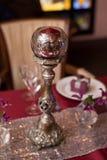 Chandelier de Metall, décor rouge de mariage, table nouvellement de marier Image libre de droits