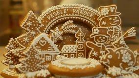 Chandelier de Noël de pain d'épice avec le signe drôle de Noël, arbre avec le gâteau d'église, de maisons, porcin et de bonhomme  image stock