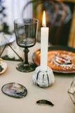 Chandelier en pierre avec la bougie, le verre et d'autres éléments des décorations de fête de mariage de table Images libres de droits