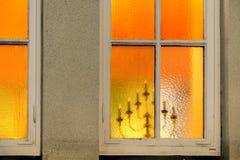 Chandelier vu par la fenêtre Photo stock