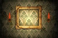 Chandeliers de trame en bois et d'or Photographie stock libre de droits