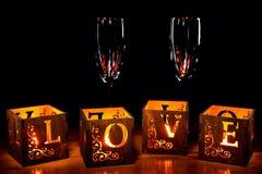 Chandeliers en bois avec des lettres d'AMOUR et des gobelets en verre Image stock