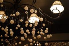 Chandelies bianchi moderni interni e bei dell'interno nel ristorante fotografia stock libera da diritti