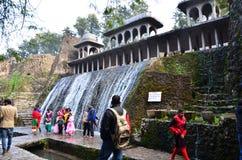 Chandigarh, Inde - 4 janvier 2015 : Statues de roche de visite de personnes au jardin de roche à Chandigarh Photo libre de droits