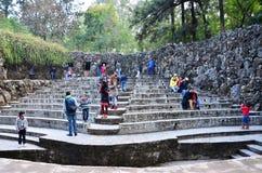 Chandigarh, Inde - 4 janvier 2015 : Statues de roche de visite de personnes au jardin de roche Image libre de droits