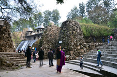 Chandigarh, India - Januari 4, 2015: De mensen bezoeken Rotsstandbeelden bij de rotstuin in Chandigarh Royalty-vrije Stock Foto