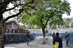 Chandigarh, la India - 4 de enero de 2015: Estatuas de la roca de la visita de la gente en el jardín de piedras en Chandigarh Imágenes de archivo libres de regalías