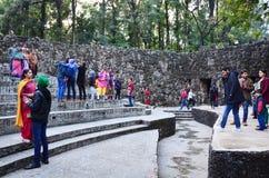 Chandigarh, la India - 4 de enero de 2015: Estatuas de la roca de la visita de la gente en el jardín de piedras en Chandigarh Fotos de archivo libres de regalías