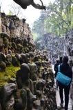 Chandigarh, la India - 4 de enero de 2015: Estatuas turísticas de la roca de la visita en el jardín de piedras en Chandigarh Imágenes de archivo libres de regalías