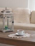 Chandler e copo do chá em uma tabela Foto de Stock