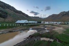 Chandratal野营的帐篷- Spiti谷,喜马偕尔邦,印度/中间土地风景  免版税库存照片