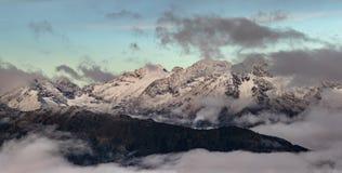Chaîne d'Adzharo-Imeretinskiy au lever de soleil Montagnes de Caucase Photos libres de droits