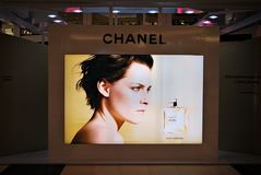 Chanel στο billbord στο εμπορικό κέντρο της Αρκαδίας Στοκ Εικόνες