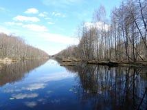 Chanel, arbres et beau ciel nuageux, Lithuanie photographie stock libre de droits