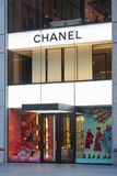 Chanel compra exterior iluminado na 57th rua, New York Foto de Stock