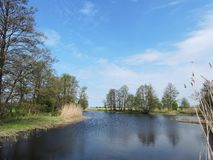 Chanel e árvores bonitas da mola, Lituânia imagens de stock royalty free