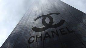 Chanel-embleem op een wolkenkrabbervoorgevel die op wolken wijzen Het redactie 3D teruggeven Stock Foto