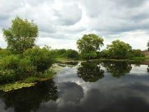 Chanel et beau ciel d'usine et nuageux, Lithuanie Photo libre de droits
