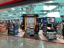 Chanel font des emplettes à l'aéroport international de Dubaï, Emirats Arabes Unis photo stock