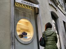 Chanel-het venster van de manierwinkel van buiten stock foto's