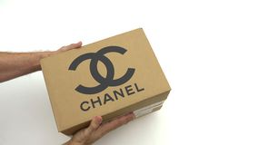 CHANEL logo na kartonie w rękach Redakcyjna klamerka zbiory wideo