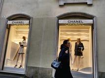 Chanel mode shoppar fönstret utifrån arkivfoto