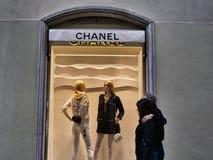 Chanel-Modegeschäftsfenster von der Außenseite lizenzfreies stockbild
