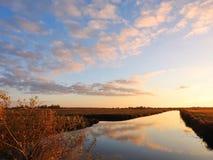 Chanel och härlig molnig himmel, Litauen arkivfoto