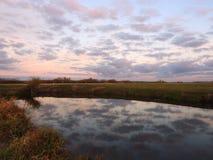 Chanel och härlig molnig himmel, Litauen royaltyfria bilder